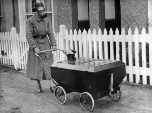 Donna con la carrozzina antigas, Inghilterra, 1938