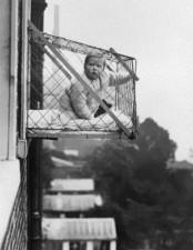 Gabbie per bambini utilizzate per assicurarsi che i bimbi che vivevano negli appartamenti potessero avere abbastanza luce solare ed aria fresca, ca. 1937