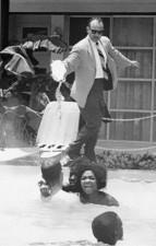 Il padrone dell'hotel getta dell'acido in piscina mentre della gente di colore ci nuota dentro, ca. 1964