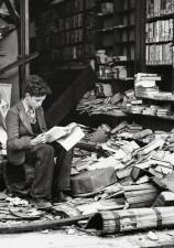 Libreria di Londra rovinata da un attacco aereo, 1940