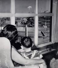 Madre e figlio guardano il fungo atomico dopo un test nucleare, Las Vegas, 1953