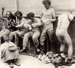 Manichini sciolti e danneggiati dopo un incendio al Museo delle Cere di Madam Tussaud a Londra, 1930