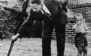 Martin Luther King con suo figlio rimuove una croce bruciata dal suo giardino, 1960