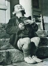 Ragazzo Austriaco riceve delle scarpe nuove durante la seconda guerra mondiale