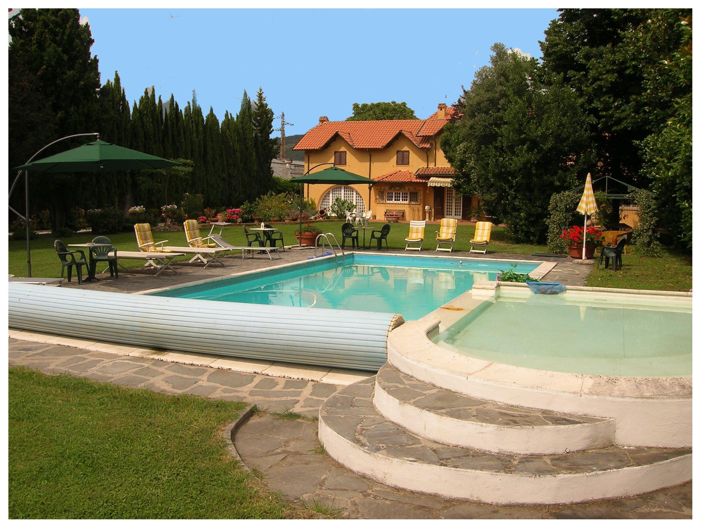 Moderna villa con la piscina for Costo per costruire una casa piscina con bagno