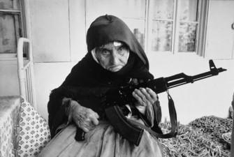 Vecchietta Armena di 106 anni che fa la guardia alla casa, 1990