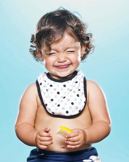 bambina-che-mangia-del-limone
