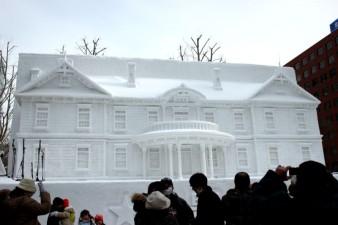 edifizio-in-neve-a-Sapporo-Giappone-