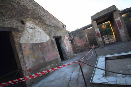 Scavi Pompei: si sgretolano stucchi antichi