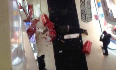 suicida centro commerciale shopping 1