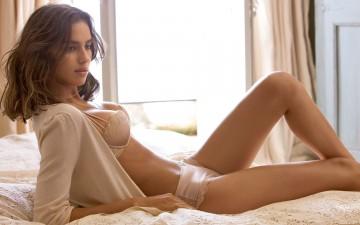Irina-Shayk-On-Bed-Wallpapers
