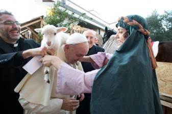 Papa Francesco visita il presepe vivente allestito dalla parrocchia di Sant'Alfonso