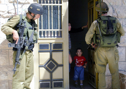 al_khalil_38_israeli_soldiers_detained_palestinians_at_their_home_june_10_2003_photo_by-e6f6a