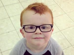 Bimbo-non-vuole-mettere-gli-occhiali-su-Facebook-migliaia-di-foto-per-convincerlo-300x225
