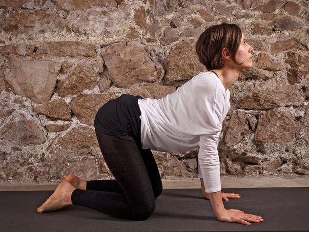 Le-posizioni-yoga-Posizione-della-Tigre-SARDULASANA_o_su_horizontal_fixed