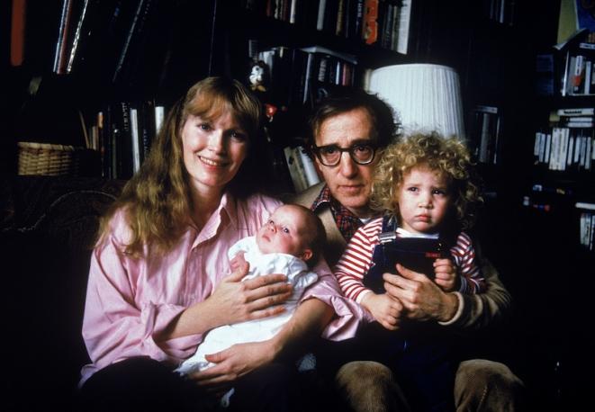 Mia-Farrow-e-Woody-Allen-con-Satchel-Ronan-e-Dylan-nel-1988_main_image_object