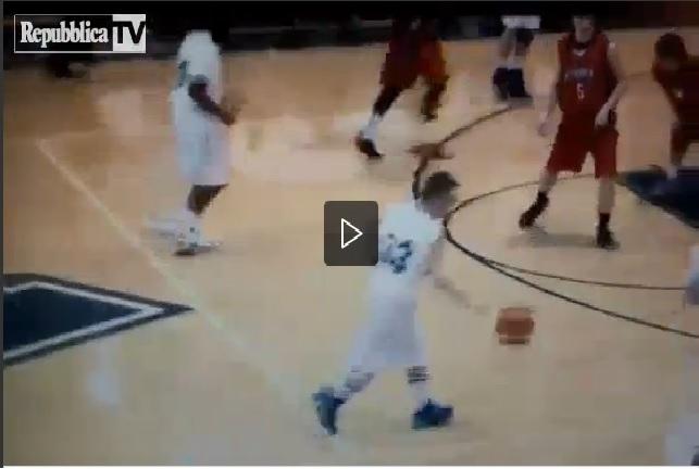 Il bambino down mago del basket: 4 triple in due minuti