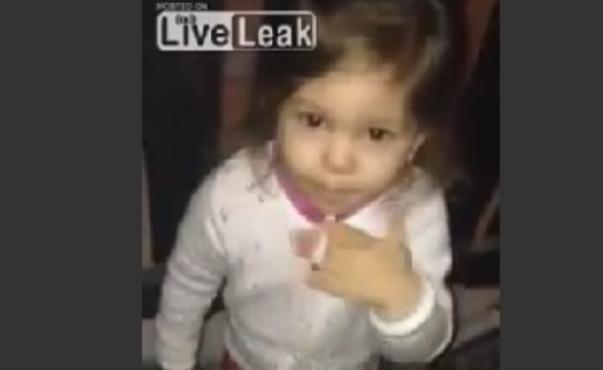padre-riprende-figlia-di-tre-anni-che-fuma