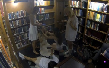 studentesse-nude-topless-biblioteca-3