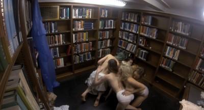 studentesse-nude-topless-biblioteca-5