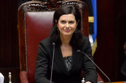 Incidente per Laura Boldrini, stampelle e carrozzina