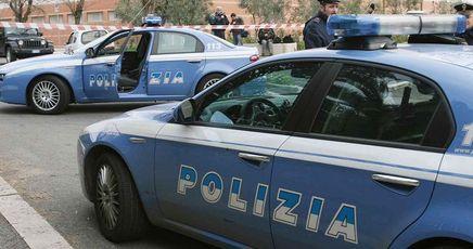 rapina in posta e fuga con auto della polizia con due ostaggi