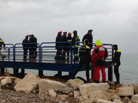 Cadavere di una donna tra gli scogli spiaggia Bari