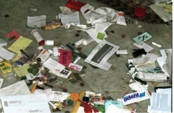 il pavimento ricoperto di immondizia