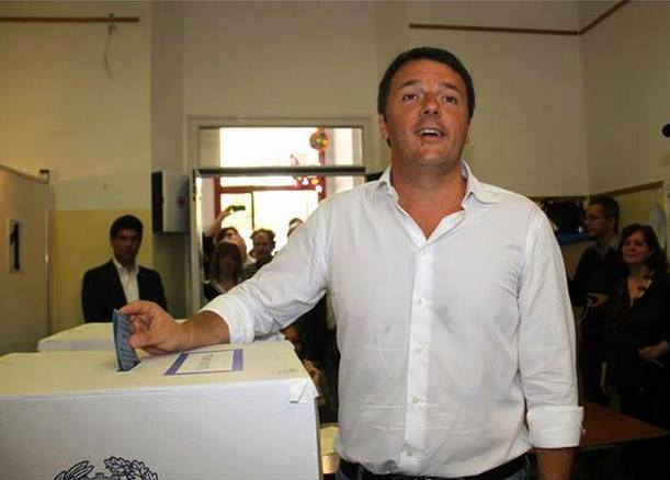 Matteo Renzi al seggio a votare. Foto Facebook