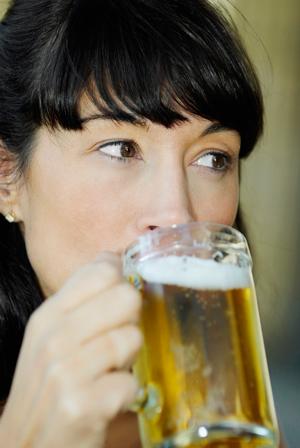 birra-ragazza-beve