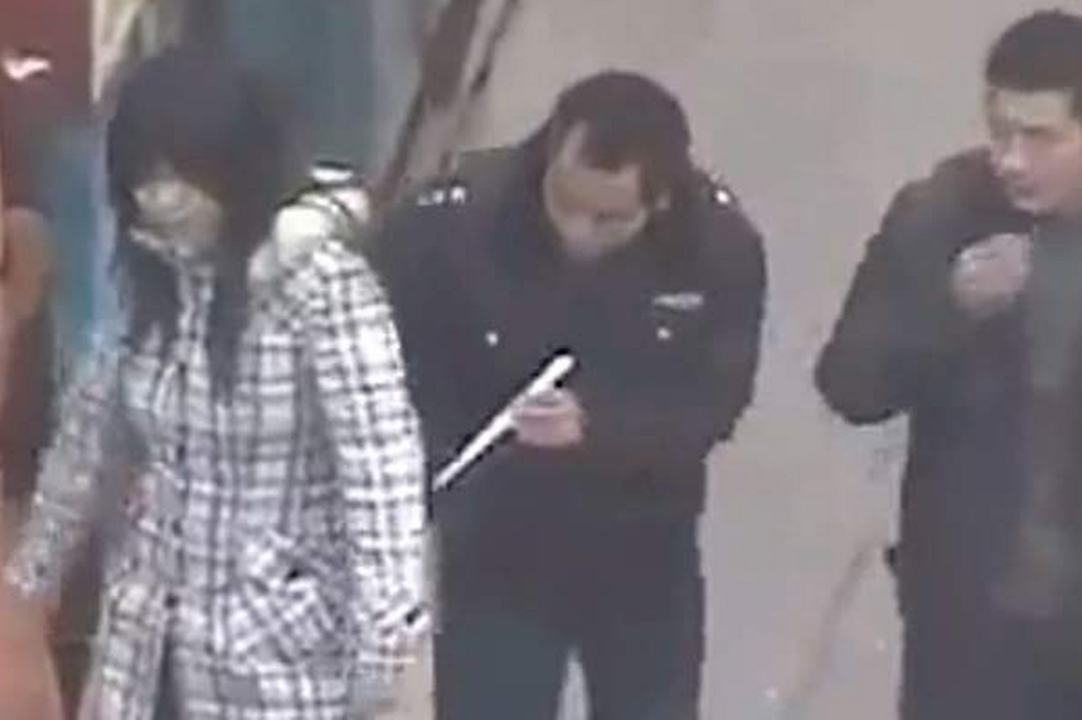 this-is-the-moment-a-brazen-chinese-thief-pickpockets-a-woman-shopper-using-chopsticks-pic-swns-56985288