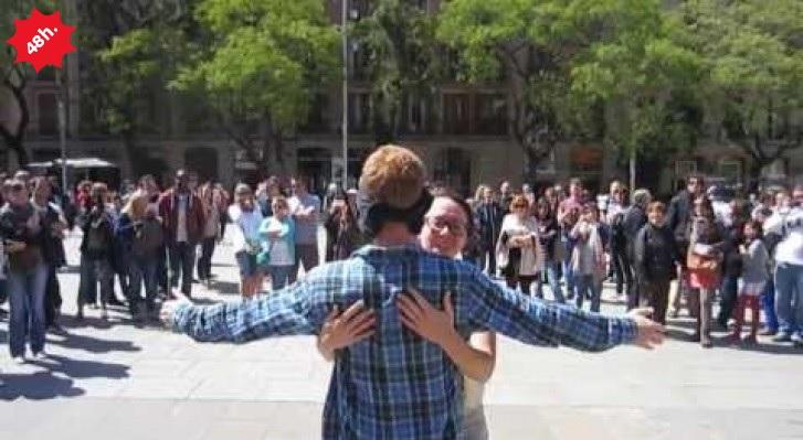 Si benda in mezzo ad una piazza, richiede un abbraccio e la reazione della gente è commovente