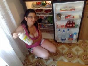 raffaella parvolo davanti il frigo