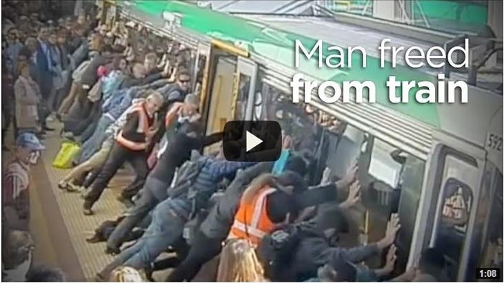 Passeggeri sollevano il treno della metro per liberare un uomo