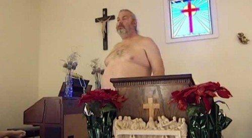 Un pastore chiede ai fedeli di andare a messa tutti nudi