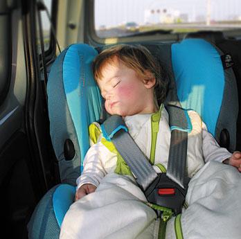Lascia il figlio di 3 anni dentro l'auto, denunciata