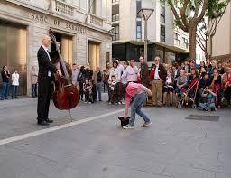 Una bambina dona una moneta al musicista in strada, quello che succede dopo è incredibile
