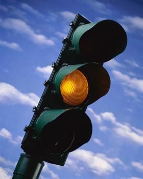 Automobilisti attenti al giallo, può durare anche tre secondi