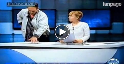 Irrompe uomo armato durante il tg: video