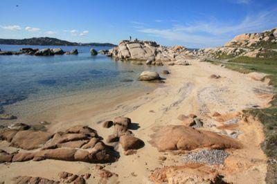 Surfista scompare al largo della Sardegna, si salva a nuoto