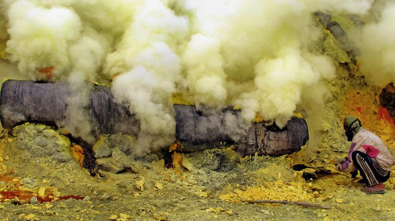 La miniera di zolfo nel vulcano Kawah ljen