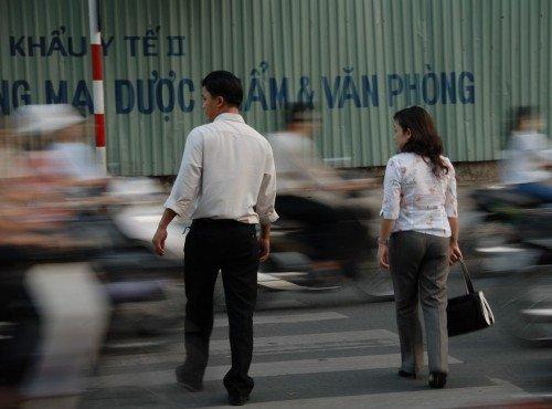 Traffico di scooter in Vietnam, attraversare la strada è un vero pericolo