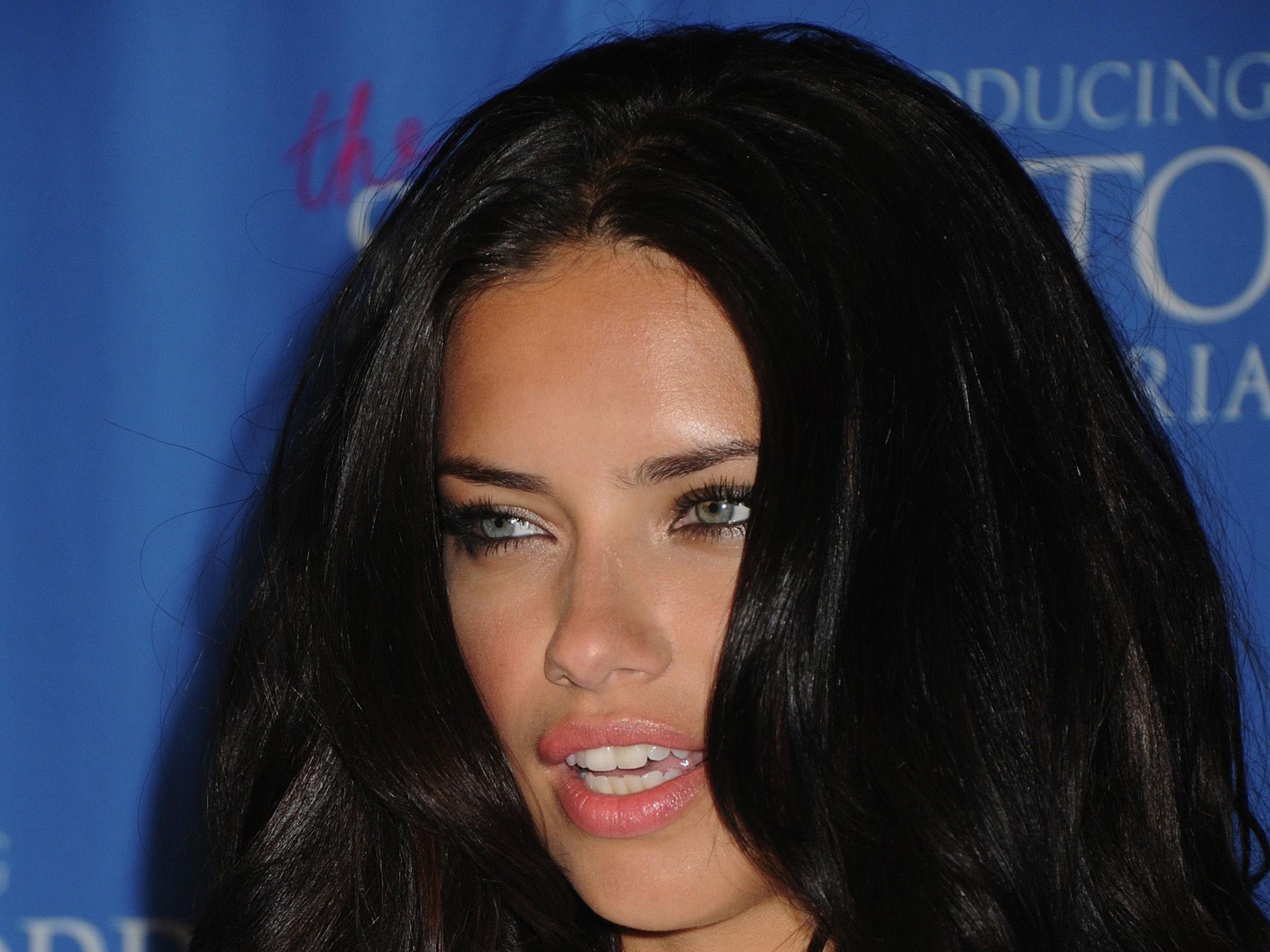 Adriana-Lima-Victorias-Secret-in-NYC-120