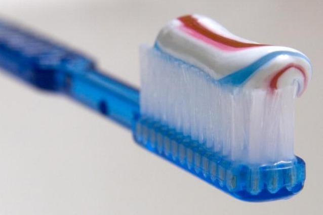 Gli-utilizzi-alternativi-del-dentifricio-elimina-le-macchie-e-sbianca-le-unghie-638x425