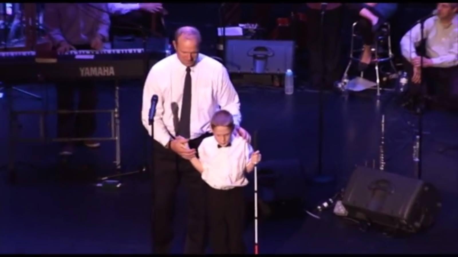 Autistico e cieco dalla nascita, emoziona con il suo canto