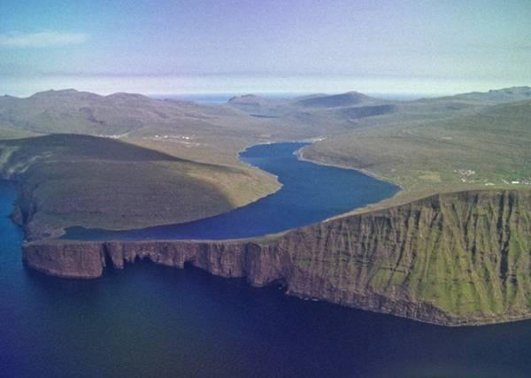 Lago Sorvagsvatn sopra l'Oceano Atlantico isole faroe