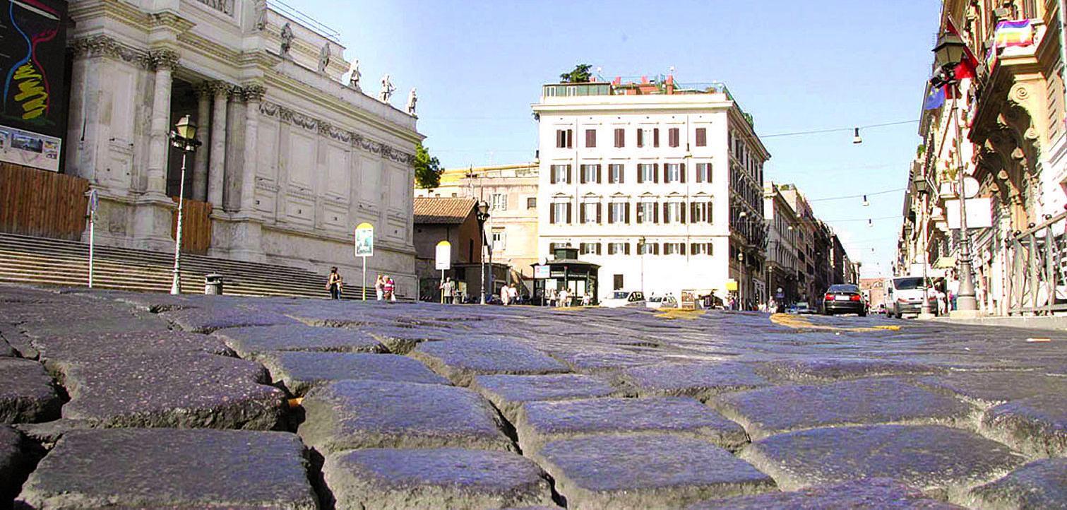 roma 03/09/04 polemica sui sampietrini,via nazionale ©delta di paolo