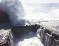 Colpita e trascinata in mare da un'ondata sulla scogliera [VIDEO]
