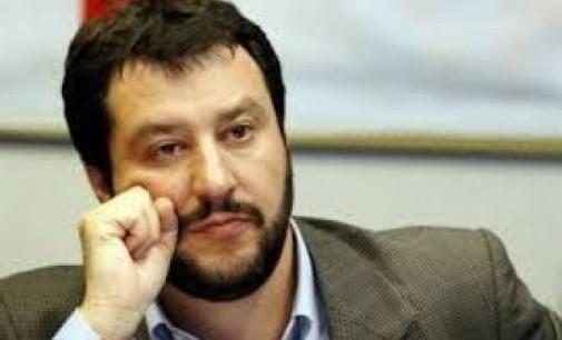 Salvini occupa il balcone del Ministero dell'Economia