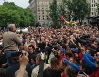 Milano risponde ai black block: in 20mila per ripulire la città